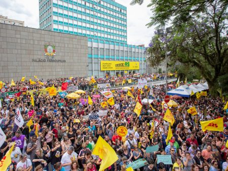 As maldades neoliberais de Eduardo Leite contra o futuro do RS