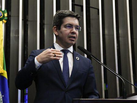 Randolfe vai ao MPF contra Bolsonaro por agressão à jornalista da Folha