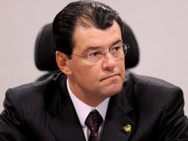 Líder do MDB no Senado diz que apoio de Bolsonaro a ato é fuga de fiasco na economia