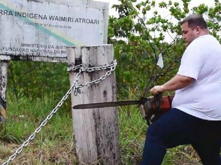 Deputado bolsonarista usa motosserra para invadir terra indígena em Roraima