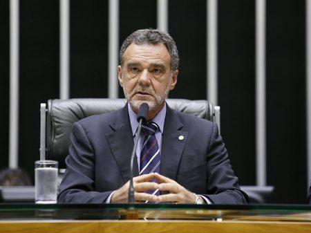 Líder do PCdoB denuncia Bolsonaro por ataques à democracia e desmontes