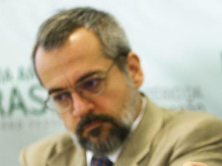 Após protestos dos cientistas, MEC revoga portaria obscurantista