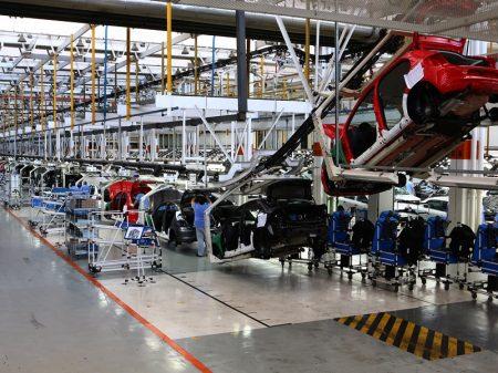 Produção de veículos desaba 20,8% em fevereiro