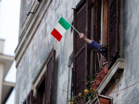 Taxistas de Roma fazem entregas grátis em apoio aos idosos