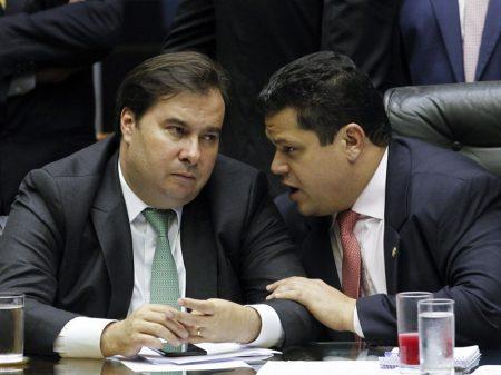Alcolumbre anuncia acordo no orçamento impositivo e adia sessão do Congresso