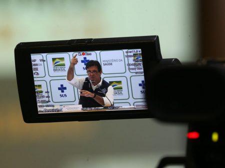 Mandetta questiona Bolsonaro, mas faz média criticando a imprensa