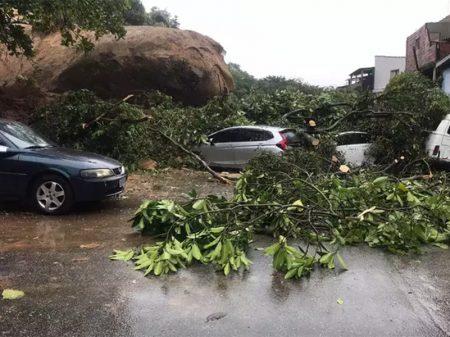 Tempestade deixa 18 mortos e 30 desaparecidos na Baixada Santista