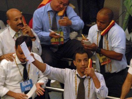 Bolsa desaba 14% e dólar fecha acima de R$ 5