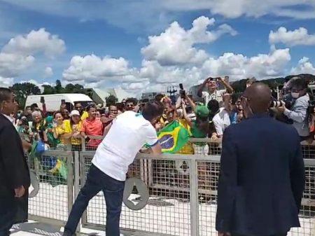 Bolsonaro ignora Ministério da Saúde e vai a ato esvaziado contra o Congresso e o STF
