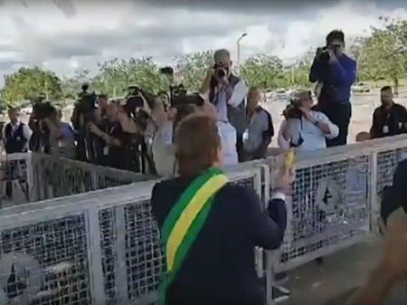 Bolsonaro foge de falar sobre o PIB e usa ator para dar bananas aos jornalistas