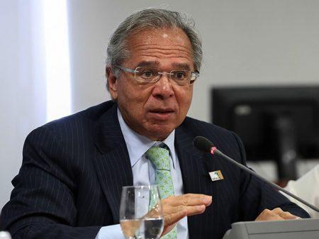 Guedes anuncia cortes  enquanto coronavírus avança