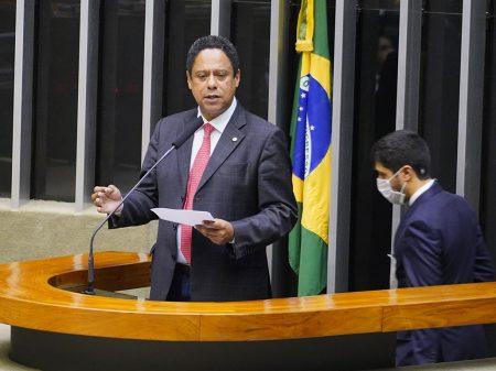 Bolsonaro foi péssimo militar, não representa as Forças Armadas, diz Orlando