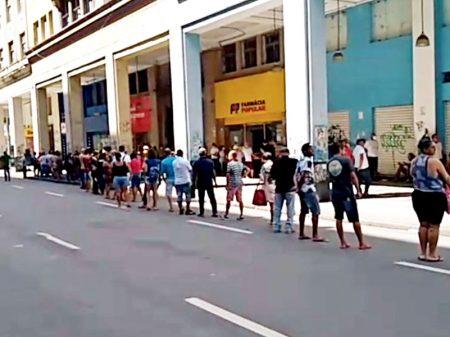 """Bolsonaro segura """"ajuda"""" para forçar povo a se infectar"""