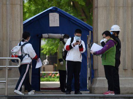 Estudantes chineses voltam às aulas sob segurança sanitária