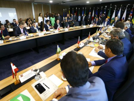 Fórum de governadores apoia Alcolumbre e Maia e defende a democracia