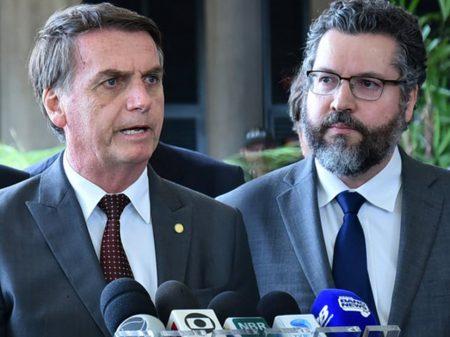 Ex-ministros exigem fim da política externa 'irracional' e de 'vergonhosa subserviência'