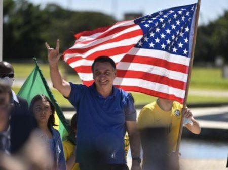 Instigado por Bolsonaro, ato golpista ataca a democracia e agride jornalistas