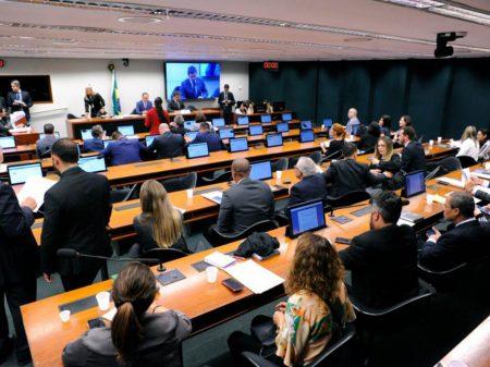 Partidos denunciam Eduardo Bolsonaro no Conselho de Ética por apregoar ditadura