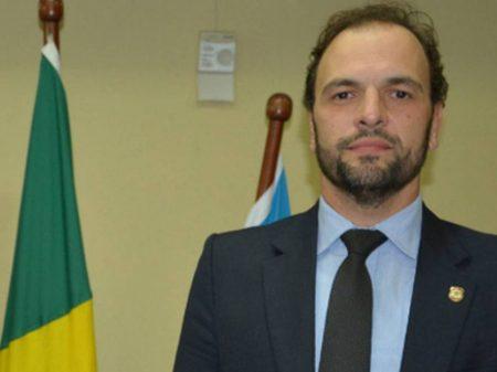 Delegado do caso Adélio desmente versão de Bolsonaro