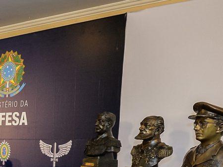 "Ex-ministros da Defesa: ""é afronta inaceitável tentar jogar as FFAA contra a democracia"""