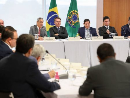 Antes da reunião, Bolsonaro impôs saída de Valeixo a Moro, mostram novas mensagens