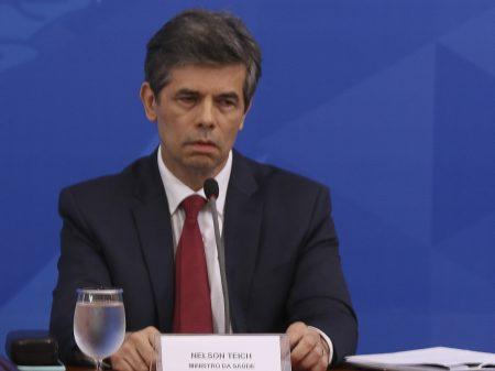 Bolsonaro libera academias e salões de beleza e não diz nada a Teich: 'saiu hoje?'