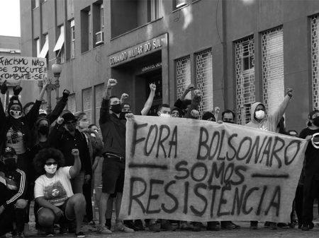 Manifestantes impedem realização de ato golpista em Porto Alegre