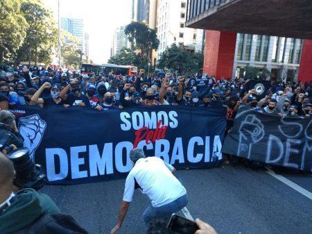 Manifestação na Paulista pela democracia une torcidas do Corinthians, Palmeiras e São Paulo