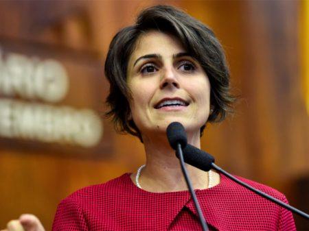 """Manuela: """"presidente do país ignora consensos, como sistema de saúde e proteção social públicos"""""""