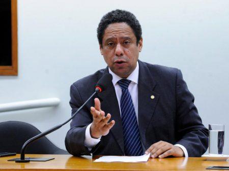 """Sob Bolsonaro, o MEC vive vexame permanente"", afirma Orlando Silva"
