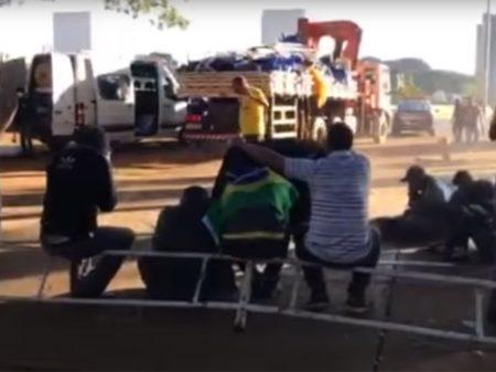 Governo do DF desmonta acampamento de grupo arruaceiro bolsonarista