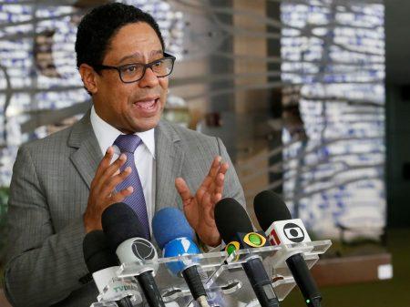 """""""Baixarias na web têm que parar"""", diz Orlando para Felipe Neto, alvo de fake news"""