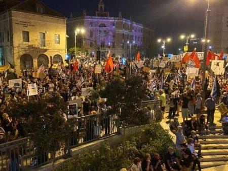 """""""Fora Netanyahu"""" exige multidão em Jerusalém"""