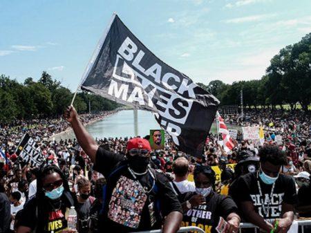 Ato contra racismo reúne multidão para lembrar discurso de Luther King