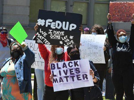 EUA: repúdio a policiais que dispararam em Blake desafia toque de recolher