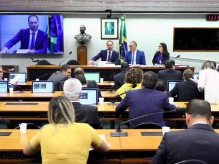 Deputados cobram Eduardo Bolsonaro por passar dossiê de brasileiros para os EUA