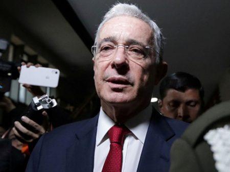 Colômbia: em prisão domiciliar, Uribe renuncia ao Senado