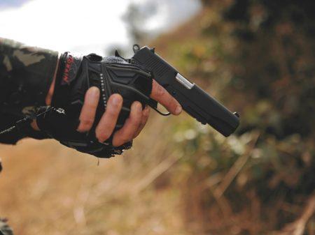 Empresário critica compra de armas no exterior