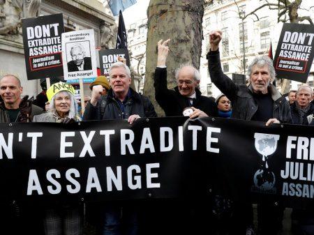 Assange revê sua companheira e dois filhos só após 6 meses