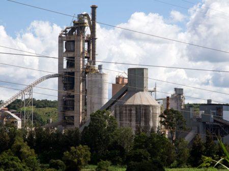 Indústria melhora mas não recupera perda no ano