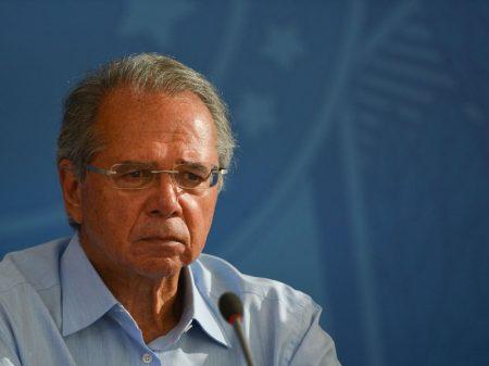 Guedes nega Covid, crise e quer mais impostos