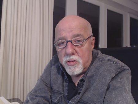 ABL e PEN Clube repudiam bolsonaristas e a queima de livros de Paulo Coelho