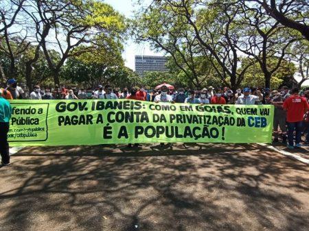 Sob protestos, governo do DF acelera privatização da lucrativa e eficiente CEB