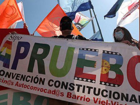 Com apoio de 78,28% dos votos, Chile se liberta da Carta imposta por Pinochet