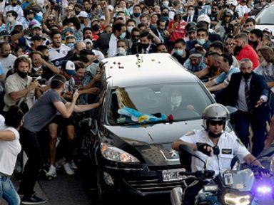 Argentinos tomam 40 km de estrada para saudar passagem do cortejo de Diego