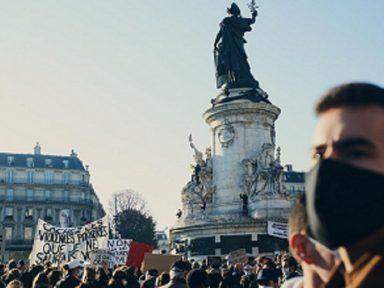 Franceses repudiam lei de Macron que censura vídeos de violência policial