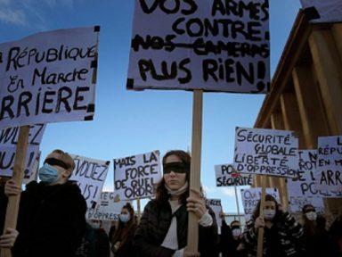 Lei para proibir filmagem de policiais violentos isola Macron e seu governo