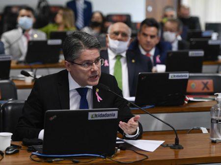 """""""Começar a vacinar contra Covid só em março é um crime"""", afirma senador"""