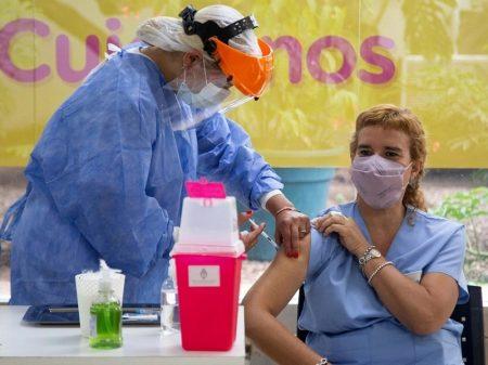 Com vacinas adquiridas para toda população, Argentina aciona logística de imunização