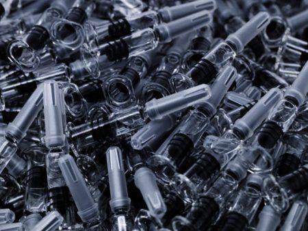 """""""Sem pressa"""" para iniciar a vacinação, Bolsonaro barra a compra das seringas"""